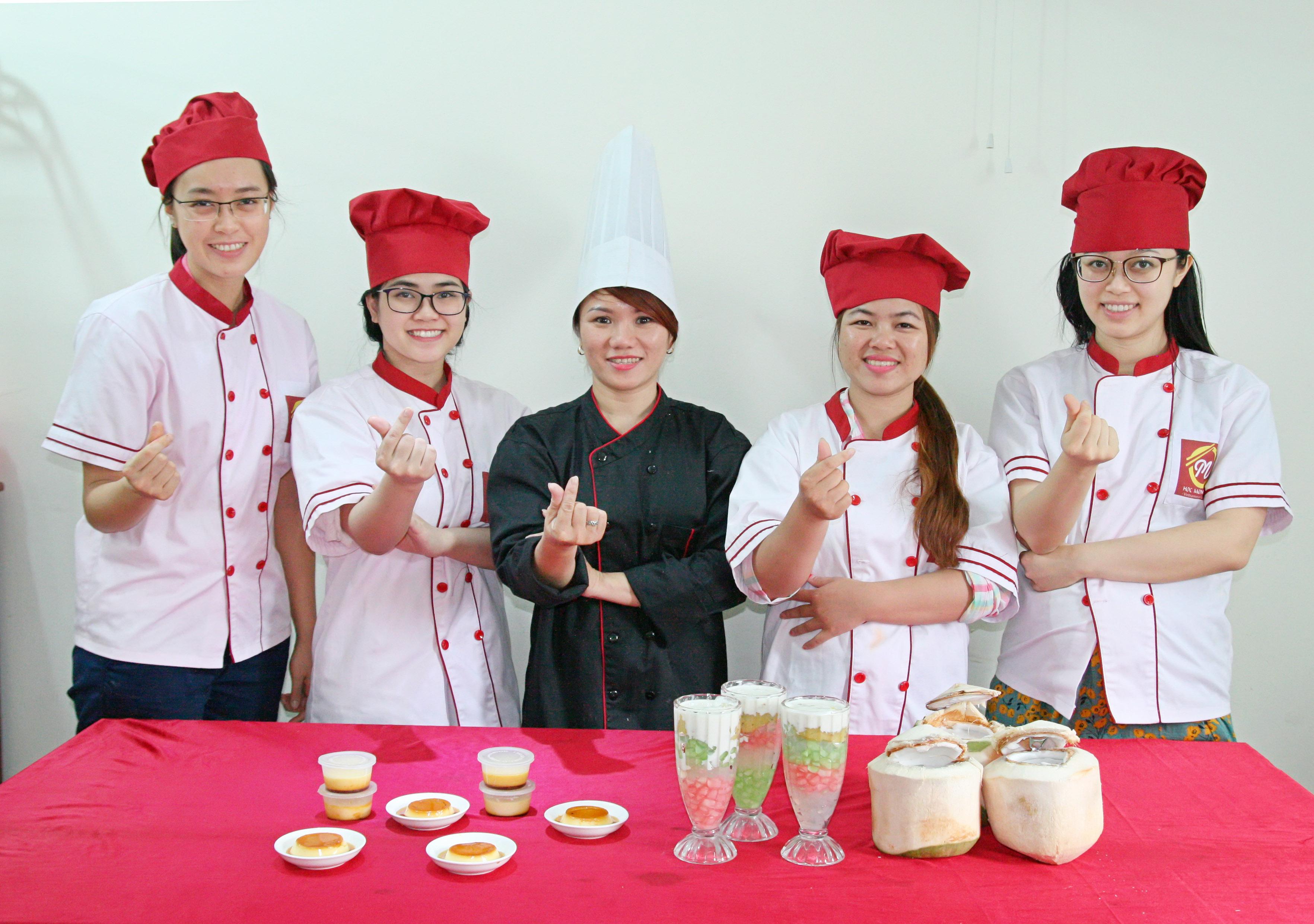 Hình ảnh anh Lê Văn Hiển cùng với Thầy Lưu Minh Dũng và các bạn đồng môn khóa Bếp Trưởng K38. Và hình ảnh anh bên mô hình kinh doanh của mình