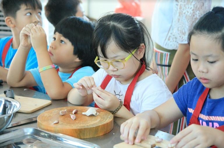 nấu ăn trẻ em_giaoducnghe.edu.vn