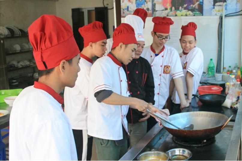 kỹ năng xóc chảo đầu bếp việt giáo dục nghề