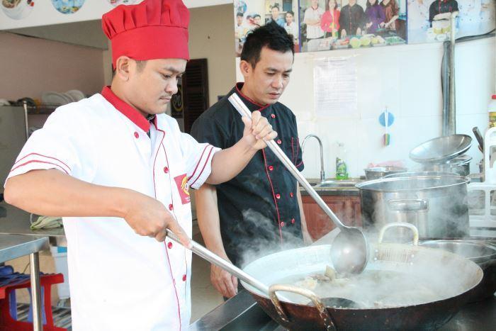 Khóa học nấu Bún bò Huế tại Học Món Việt